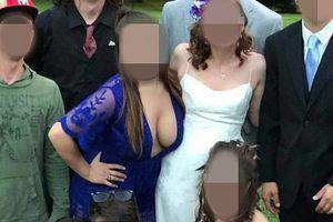 """Gošća se NATURILA na slici sa svadbe, a onda OVAKO POZIRALA i izazvala bes: """"Tako je providna, SVI VIDE ŠTA RADI"""""""